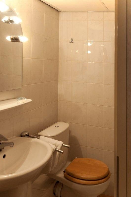 https://boatbiketours.com/wp-content/uploads/2018/02/Fluvius_cabin_bathroom.jpg