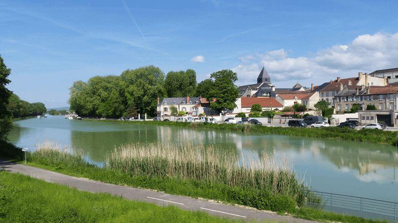 https://boatbiketours.com/wp-content/uploads/2018/02/France_Champagne_Epernay_Marne_river.jpg