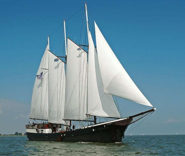 https://boatbiketours.com/wp-content/uploads/2018/02/Mare_fan_Frysl%C3%A2n_sailing_full_sail_2.jpg