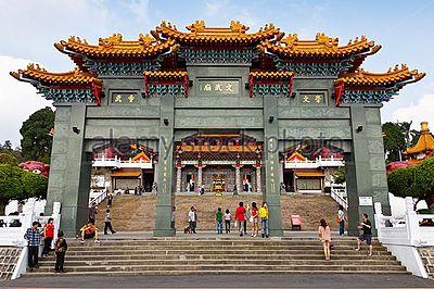 https://upload.wikimedia.org/wikipedia/pt/thumb/4/47/Templo_Sun_Moon_Lake_Wen_Wu.jpg/400px-Templo_Sun_Moon_Lake_Wen_Wu.jpg